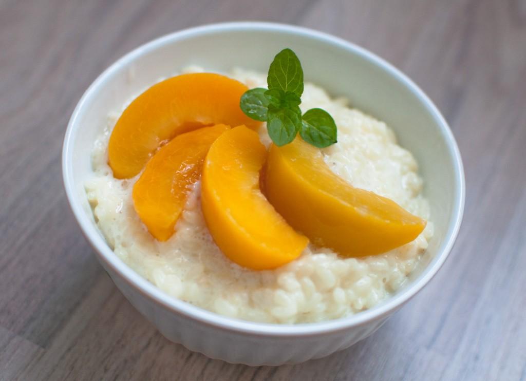 Schale Milchreis mit Pfirsichspalten
