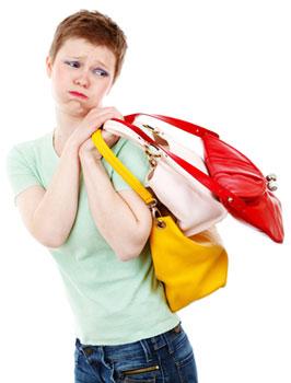 Frau schleppt Tüten beim Einkauf