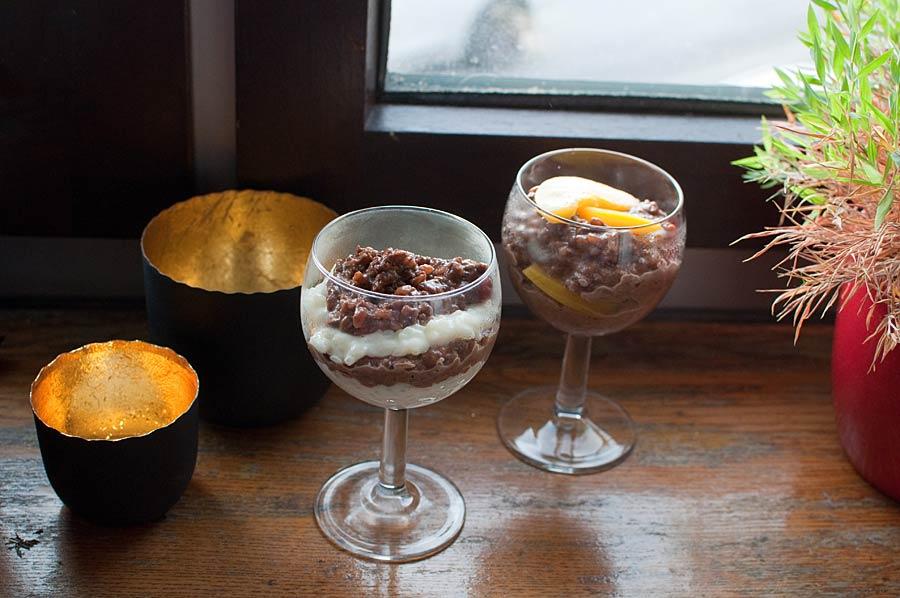 Milchreis mit Kaffee und Pfirsichen