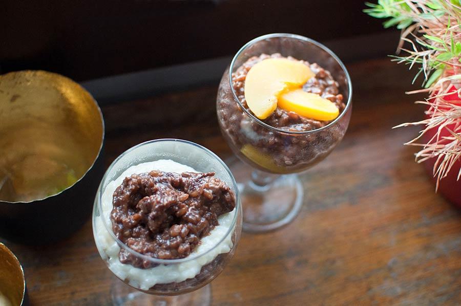 Zwei Gläser: Kaffee MIlchreis mit Pfirsichen und mit weißem Milchreis