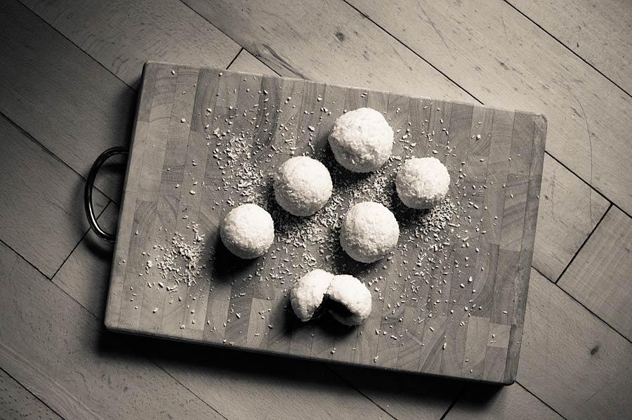 Milchreisbällchen auf dem Küchenbrett
